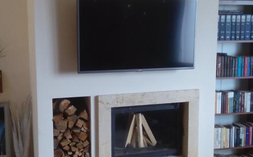 oldal fatárolós minimál kandalló LCD tévével