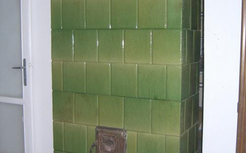 aprógöröngyölt cserépkályha fal közé építve